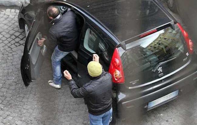 Polizia di Stato: le volanti dell'Ufficio Prevenzione Generale e Soccorso Pubblico arrestano in flagranza parcheggiatore abusivo per tentata estorsione e lesione