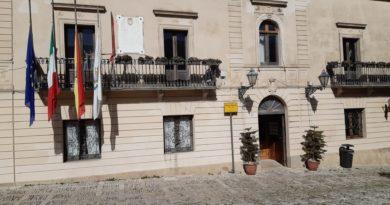 Oggi bandiere a mezz'asta al Palazzo comunale in memoria dell'ambasciatore Attanasio e del carabiniere Iacovacci